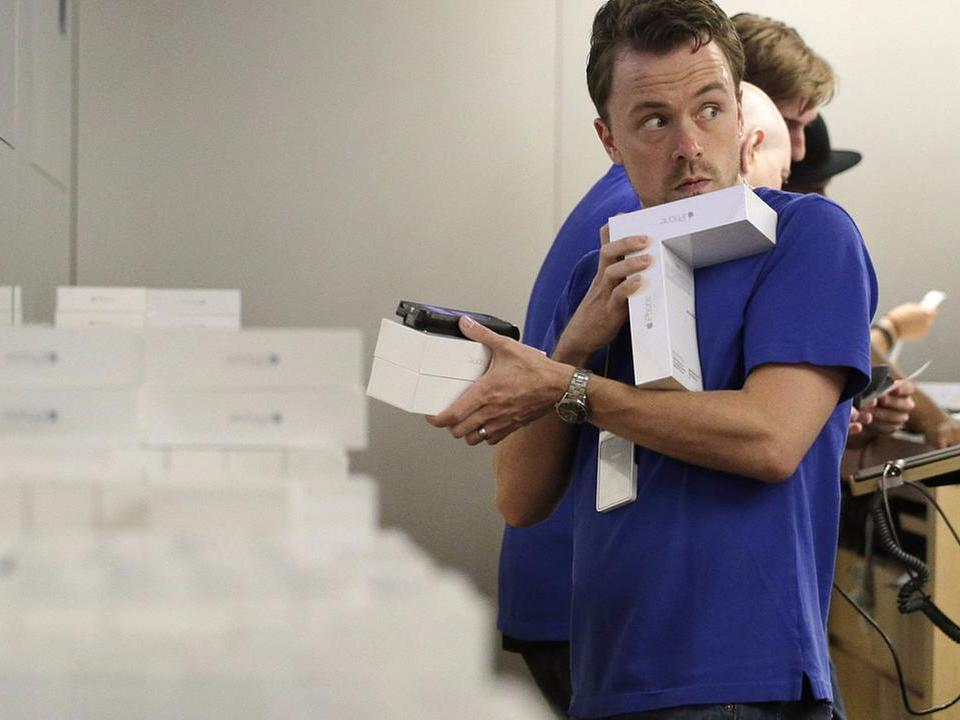 Apple Store workers are getting frustrated with the rampant iPhone battery flaw