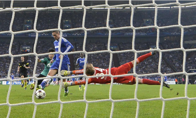 Chelsea's Fernando Torres scores his side's 2nd goal past Schalke goalkeeper Timo Hildebrand during the Champions League group E soccer match between FC Schalke 04 and Chelsea FC in Gelsenkirchen, Ger