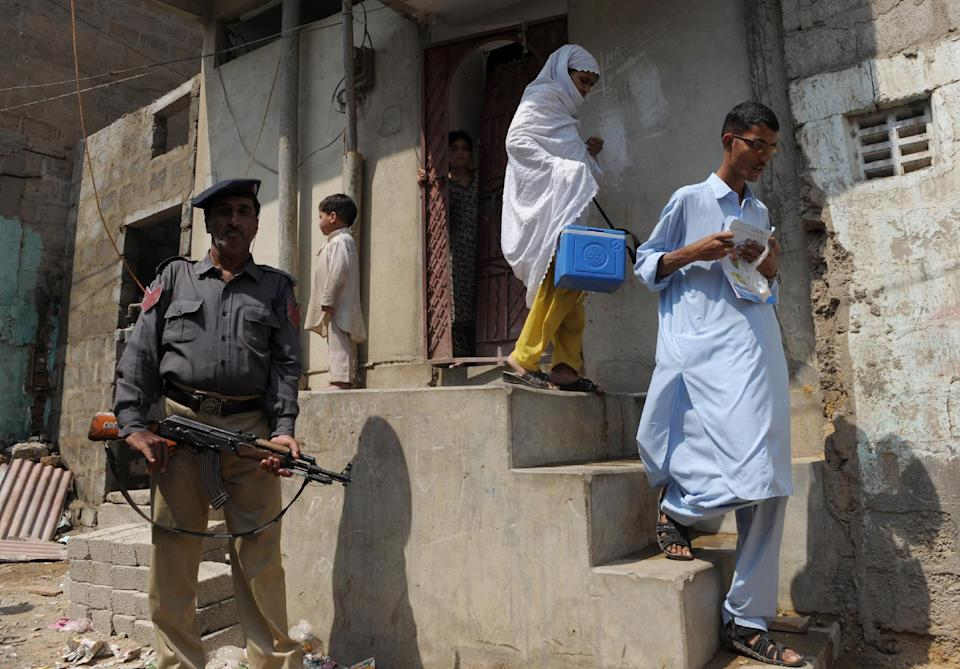 Policeman guarding polio workers shot in Karachi