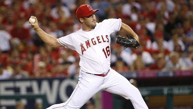 Los Angeles Angels relief pitcher Huston Street throws against the Kansas City Royals in the ninth inning of Game 2 of baseball's AL Division Series in Anaheim, Calif., Friday, Oct. 3, 2014. (AP Photo/Lenny Ignelzi)