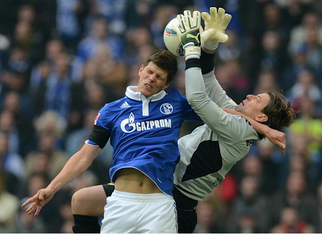 Schalke's Dutch Striker Klaas-Jan Huntelaar (L) And Dortmund's Goalkeeper Roman Weidenfeller Vie For The Ball   +++ AFP/Getty Images