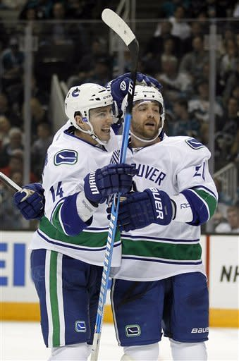 Pavelski scores 2 in Sharks 4-1 win over Canucks