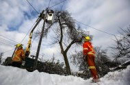 Toronto Hyrdro workers work to restore power following an ice storm in Toronto, December 27, 2013. Over 30,000 residents were left without power in Toronto Friday since the storm hit on December 22, local media reported. REUTERS/Mark Blinch (CANADA - Tags: ENVIRONMENT ENERGY)