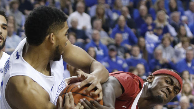 Kentucky's Karl-Anthony Towns, left, and Arkansas' Bobby Portis battle for possession during the first half of an NCAA college basketball game, Saturday, Feb. 28, 2015, in Lexington, Ky. (AP Photo/James Crisp)