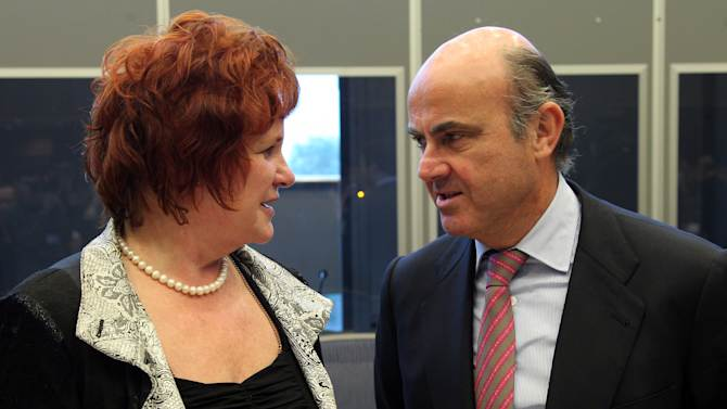 Spanish Economy Minister Luis de Guindos Jurado, right, talks with Chairwoman Sharon Bowles prior to the start of the Committee on Economic and Monetary Affairs, at the European Parliament in Brussels, Monday, Nov. 12, 2012. (AP Photo/Yves Logghe)