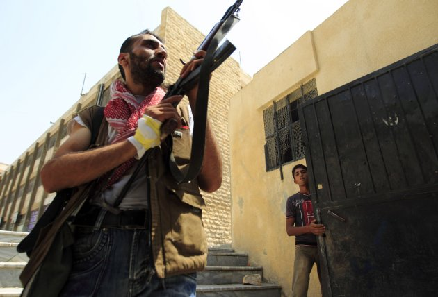 A Free Syrian Army member aims his weapon after hearing shooting in Aleppo July 29, 2012. REUTERS/Zohra Bensemra (SYRIA - Tags: POLITICS CONFLICT CIVIL UNREST MILITARY)
