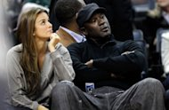 El dueo de Charlotte Bobcats el ex astro de NBA, Michael Jordan, sentado junto a su novia Yvette Prieto durante un partido entre Chicago Bulls y Charlotte Bobcats en el Time Warner Cable Arena, el 10 de febrero de 2012, en Charlotte, North Carolina. (AFP/GETTY IMAGES | streeter lecka)
