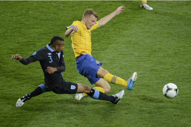 Swedish Midfielder Sebastian Larsson (R) Vies AFP/Getty Images