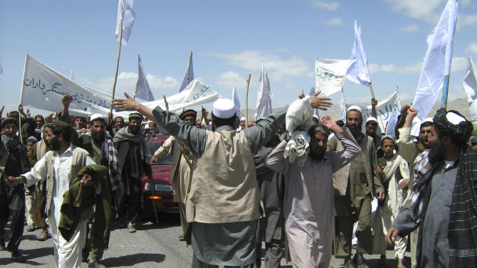 More than 1,500 Afghans block the highway between Kabul and Kandahar in Seed Abad, Wardak province, Afghanistan, Saturday, May 26, 2012. The protesters demanded a stop to military night operations. (AP Photo/Rahmatullah Nikzad)
