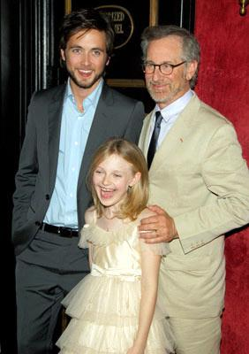 Premiere: Justin Chatwin, Dakota Fanning and director Steven Spielberg at the New York premiere of Paramount Pictures' War of the Worlds - 6/23/2005