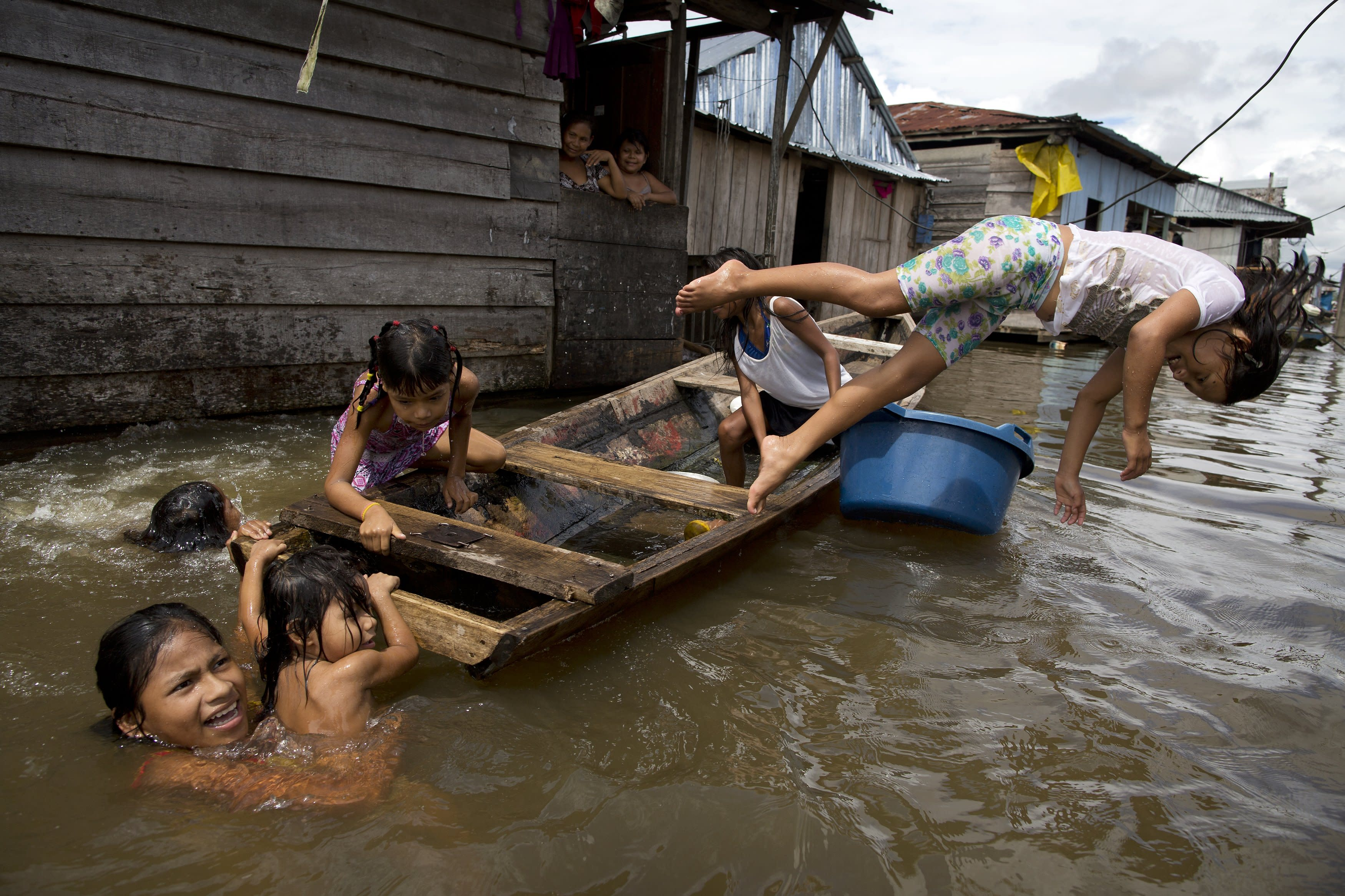 AP PHOTOS: Peruvian community lives half-year on the water