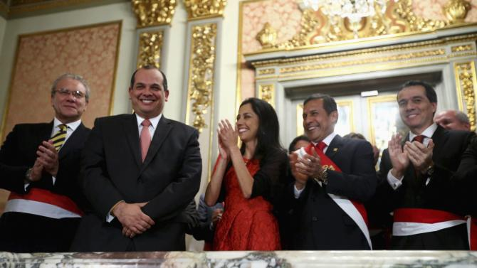 Outgoing Finance Minister Castilla smiles as Peru's First lady Heredia, President Humala and new Finance Minister Segura clap at the government palace in Lima