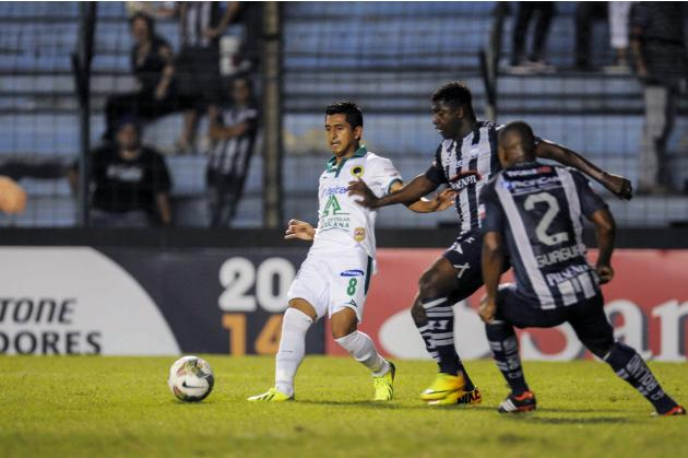 Mexico's Leon FC player Elias Hernandez controls the ball next to Ecuador's CS Emelec Corozo and Guagua during the second leg match for Copa Libertadores in Guayaquil