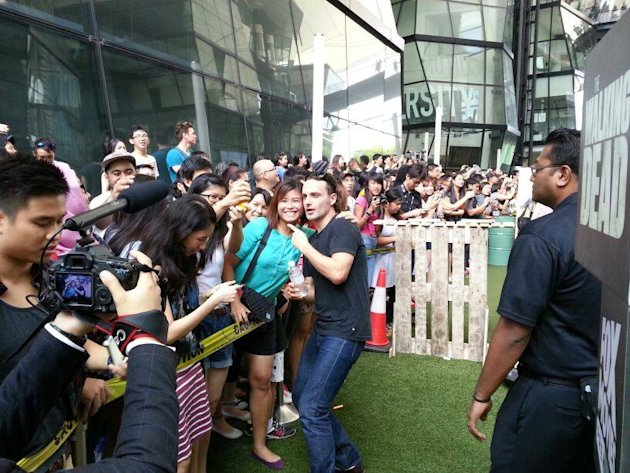Walking Dead star Andrew Lincoln charms the fans in Singapore. (Yahoo photo)