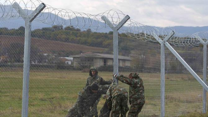 Macedonian soldiers erect  barbed wire fence on Macedonian-Greek border near Gevgelija