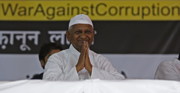 Veteran Indian social activist Hazare gestures to his supporters on the first day of his fast against corruption in New Delhi
