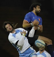 Pumas' full back Roman Miralles (L) vies for the ball with Frace's wing Yoann Huget during their rugby union Test match at Mario Kempes stadium in Cordoba, on June 16