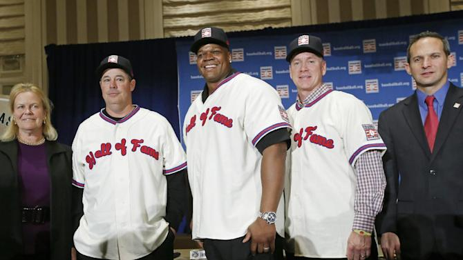 Baseball Hall of Fame chairman Jane Forbes Clark, left, and Hall of Fame President Jeff Idelson, right, pose with newly elected 2014 Baseball Hall of Fame inductees Greg Maddux, second from left,  Frank Thomas, center, and Tom Glavine after a press conference Thursday, Jan. 9, 2014, in New York. Maddux and Glavine both pitched for the Atlanta Braves. Thomas was a slugger for the Chicago White Sox
