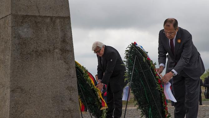 German Foreign Minister Frank-Walter Steinmeier (L) and his Russian counterpart Sergei Lavrov lay wreaths at the site of the Battle of Stalingrad, near Volgograd, Russia, on May 7, 2015