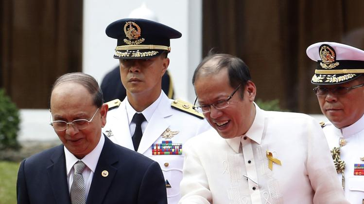 Philippines' President Aquino gestures to Myanmar's President Thein Sein during a welcoming ceremony in Manila