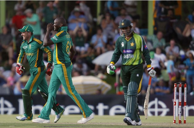 South Africa's captain de Villiers celebrates with Tsotsobe, the dismissal of Pakistan's Malik during their ODI in Bloemfontein