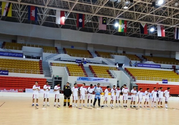 Singapore's floorball players line up before their match in the near-empty Wunna Theikdi Indoor Stadium. (Yahoo Photo)