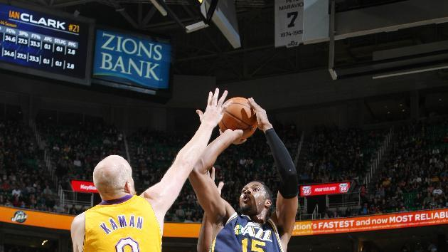 Favors' dunk lifts Jazz to 105-103 win over Lakers