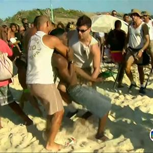 Raw: Rio Beachgoers Clash With Suspected Thieves