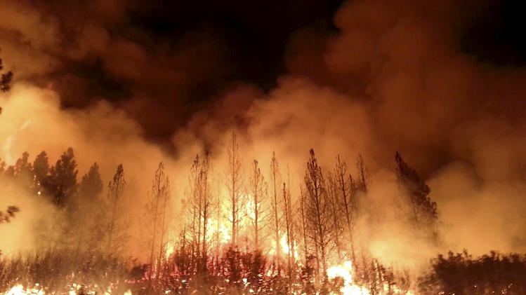 Tourists, residents flee huge fire near Yosemite
