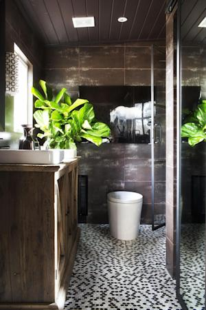 "In this undated photo provided by Brian Patrick Flynn/HGTVREMODELS.COM, to add life to dark, well-shaded rooms, designer Brian Patrick Flynn is a fan of the fiddle leaf fig tree which he claims is, ""architectural, gender-neutral and a great source for adding graphic shape to a space,"" as he has done in this bathroom seen here. (AP Photo/Brian Patrick Flynn/HGTVREMODELS.COM, Sarah Dorio)"
