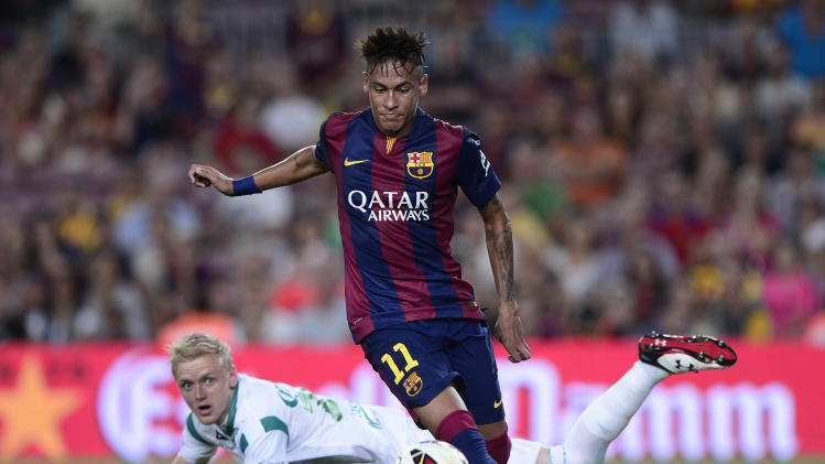 Barcelona forward Neymar (L) pictured just before scoring past Leon's goalkeeper William Yarbrough during the 49th Joan Gamper Trophy match at the Camp Nou stadium in Barcelona on August 18, 2014