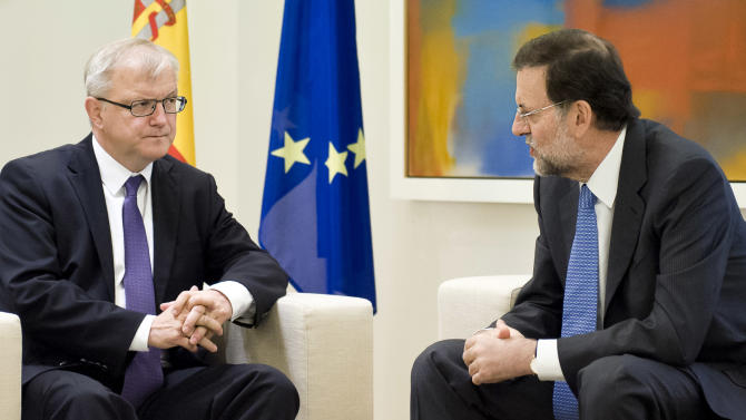 Spain's Prime Minister Mariano Rajoy, right, talks with European Commissioner for Economic and Monetary Affairs Olli Rehn during a meeting at the Moncloa Palace, in Madrid, Monday, Oct. 1, 2012. (AP Photo/Daniel Ochoa De Olza)