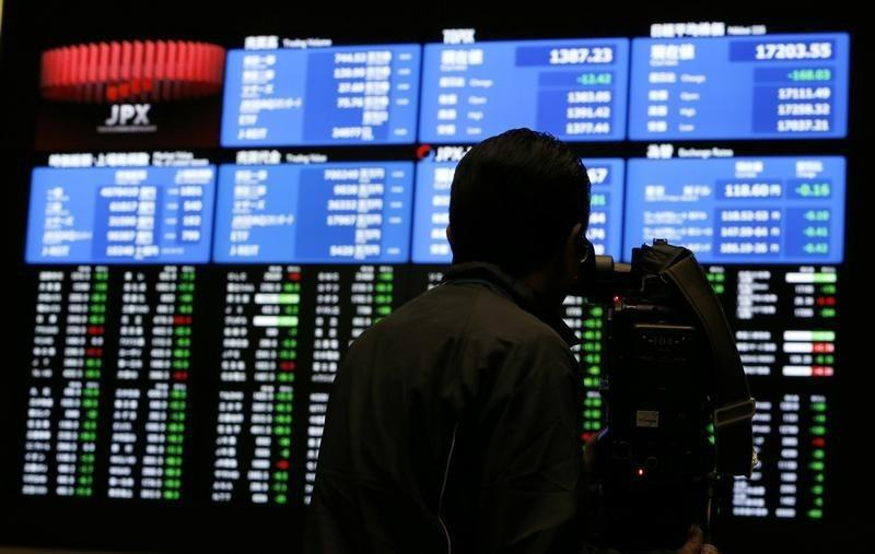 Global shares resilient as investors pin hopes on Fed; Apple outperforms