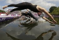 Germany&#39;s Angela Maurer, front, and other athletes dive into the Serpentine at Hyde Park as they compete in the women&#39;s marathon swimming competition at the 2012 Summer Olympics Thursday, Aug. 9, 2012, in London. (AP Photo/Charlie Riedel)