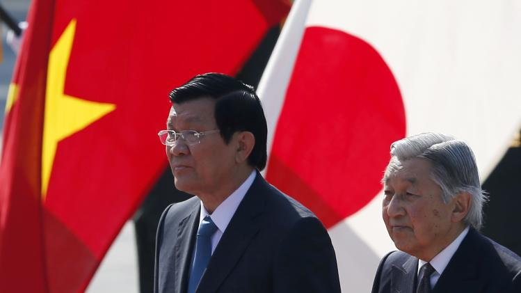 Vietnam's President Truong Tan Sang and Japan's Emperor Akihito attend welcoming ceremony at the Imperial Palace in Tokyo