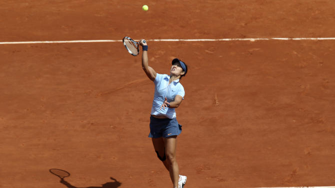 China's Li Na smashes the ball to Spain's Anabel Medina Garrigues during their first round match of the French Open tennis tournament at the Roland Garros stadium Monday, May 27, 2013 in Paris. (AP Photo/Michel Euler)