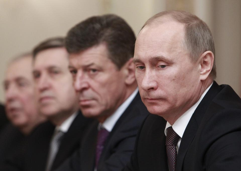 Putin bans officials from owning foreign accounts