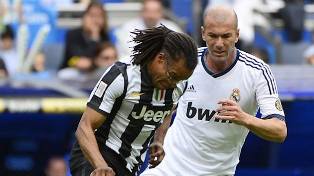 SPAIN, Madrid : Real Madrid's Zinedine Zidane (R) vies with Juventus' Edgar Davids during the Corazon Classic Match 2013 - Veracruz charity football match Real Madrid Legends vs Juventus Turin Veterans at the Santiago Bernabeu (AFP)