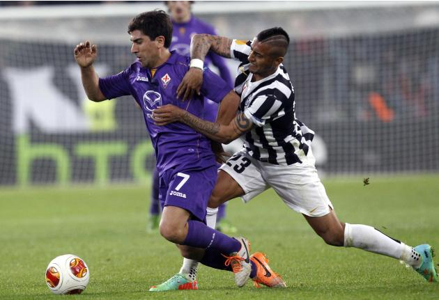 Juventus' Vidal fights for the ball with Fiorentina's Pizarro during their Europa League round of 16 first leg soccer match at the Juventus stadium in Turin