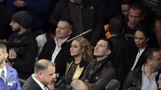 JSX17. New York (United States), 26/04/2015.- US actress Hayden Panettiere (C), wife of Wladimir Klitschko of the Ukraine, watches her husband at the conclusion of his bout against Bryant Jennings of the United States of their Heavyweight World Championship title bout at Madison Square Garden in New York, New York, USA, 25 April 2015. (Ucrania, Estados Unidos) EFE/EPA/JASON SZENES
