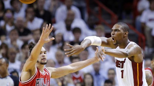 Miami Heat's Chris Bosh (R) passes over Chicago Bulls' Joakim Noah during Game 2 of their NBA Eastern Conference semi-final (Reuters)