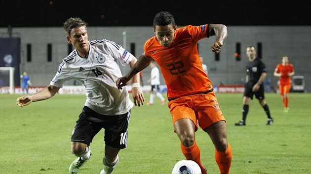Germany's Oliver Sorg (L) and the Netherlands' Memphis Depay fight for the ball during their UEFA European Under-21 Championship match at the HaMoshava stadium in Petah Tikva June 6, 2013 (Reuters)