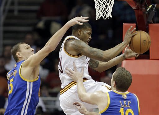 Thompson leads short-handed Warriors past Cavs