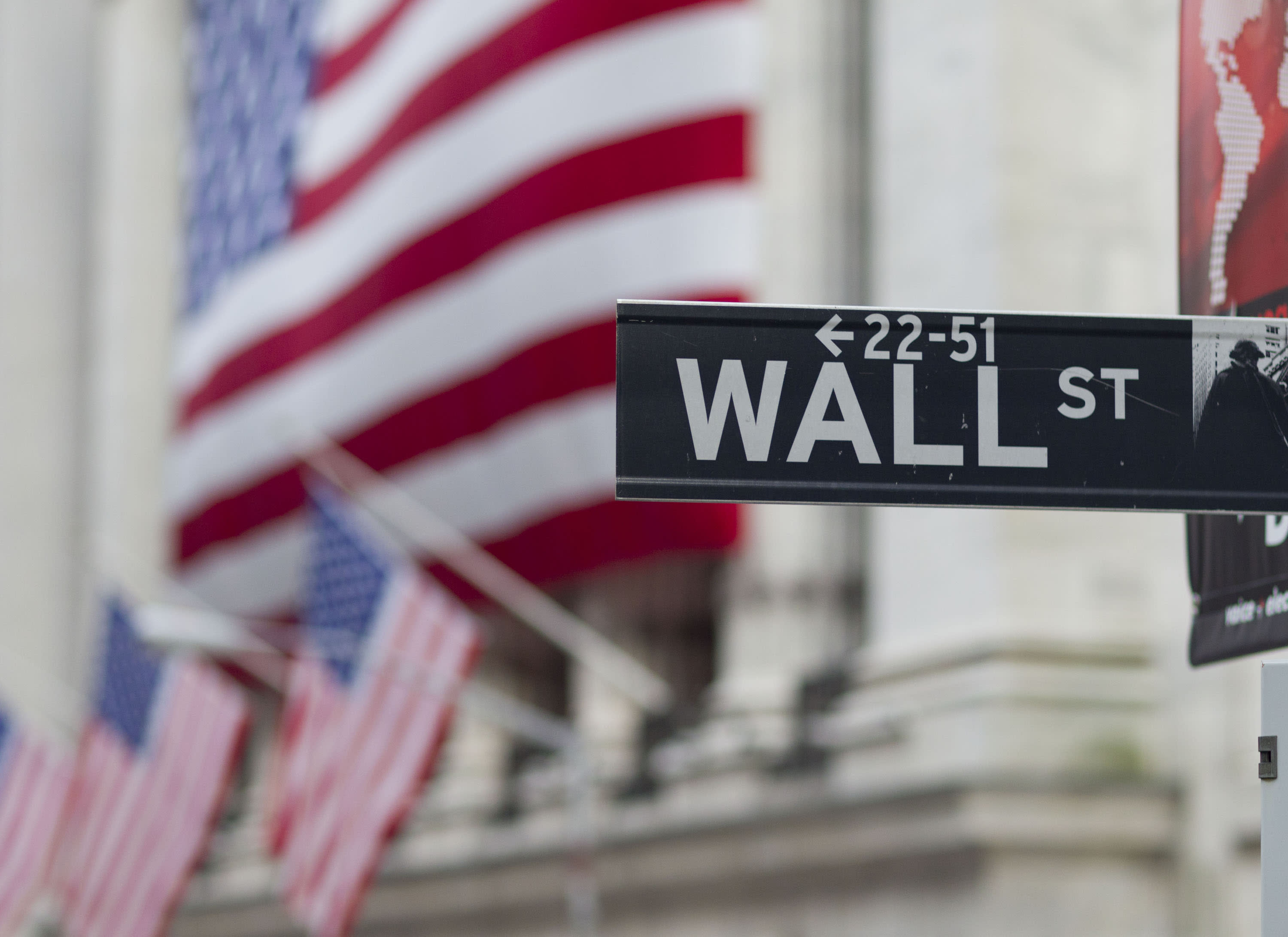 US stocks fall slightly on lower oil, mixed earnings news