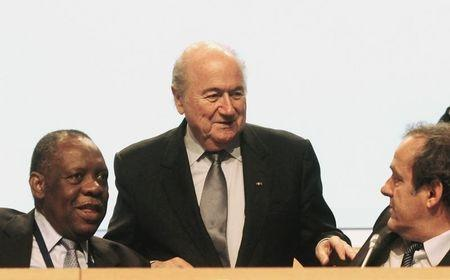 Platini talks with Blatter and Hayatou during the 62nd FIFA Congress in Budapest