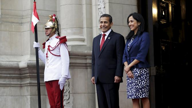 Peru's President Ollanta Humala and first lady Nadine Heredia wait for the arrival of Chinese Premier Li Keqiang at the government palace in Lima
