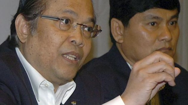 Football Association of Thailand (FAT) President Worawi Makudi (L) speaks to media during a news conference at a hotel in Bangkok (Reuters)