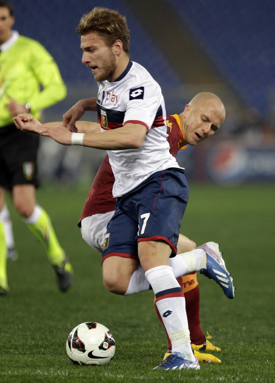 Genoa forward Ciro Immobile, left, and AS Roma U.S. midfielder Michael Bradley, fight for the ball during a Serie A soccer match between As Roma and Genoa, in Rome's Olympic stadium, Sunday, March 3, 2013. (AP Photo/Andrew Medichini)