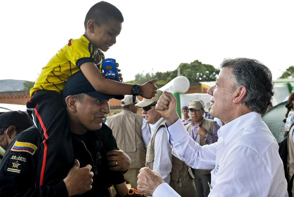 Colombian president tours tense border city