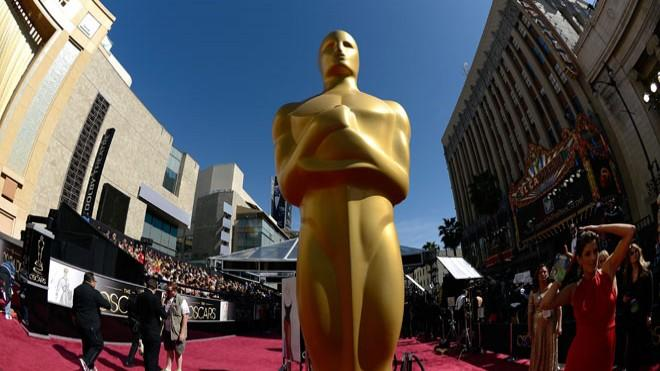 Oscar stands tall on the red carpet at the 2013 Academy Awards
